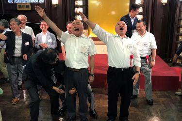 S55卒の福島敬さん(左)、高野さんによるエール交歓